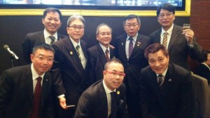 台北市長柯文哲(後排右2)與駐大阪辦事處處長張仁久(後排右1)、大阪中華總會會長洪勝信(後排中央)及理事合影