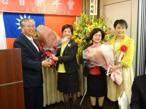 大阪中華總會婦女會新會長黃煜宜(左2)與前會長俞秀霞(右2)獻花感謝蔡處長伉儷