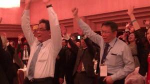左:橫濱台灣同鄉會會長鄭尊仁與柯文哲市長高呼中華民國萬歲口號
