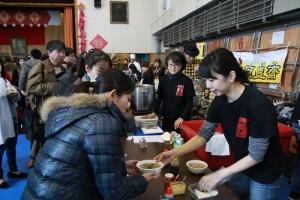 場邊有許多台灣小吃攤位,吸引大家排隊購買