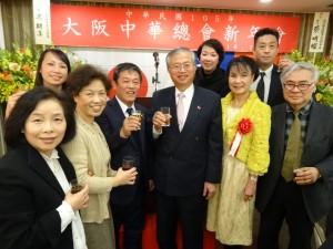 京都華僑總會與蔡處長伉儷合影