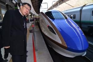 台北市長柯文哲參訪東京車站,觀察新幹線月台(照片提供:台北市政府)