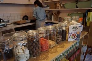 店内には台湾の食材が沢山!台湾の手作りヌガーも販売されている。