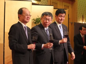 左から台北駐日経済文化代表処の沈斯淳代表、柯文哲台北市長、衆議院の岸信夫議員