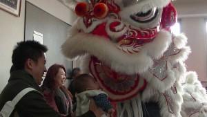舞獅在京濱三江公所逗弄僑民小嬰兒