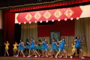 學生奮力舞蹈演出