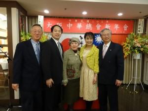 神戶華僑總會與蔡處長伉儷合影
