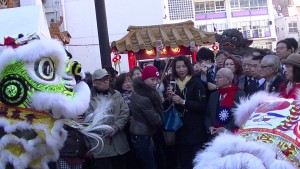 橫濱僑領們在關帝廟看舞獅