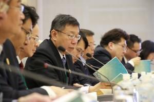 台北市長柯文哲在駐日代表沈斯淳的陪同下,率市府團隊聆聽東京都知事介紹東京主要建設