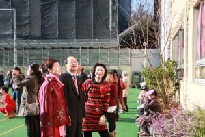 東京中華學校校友會會長陳櫻芳(右)向駐日代表沈斯淳伉儷介紹學生的春節佈置
