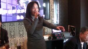 原來在台灣是專業歌手的高芷玲一展歌喉