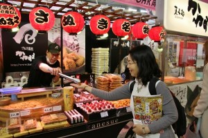 有部分攤位也會提供試吃的機會,讓民眾嘗鮮
