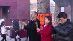 台北駐日經濟文化代表處橫濱分處粘信士處長伉儷與橫濱華僑總會羅鴻健會長在媽祖廟參拜