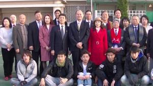台北駐日經濟文化代表處橫濱分處粘信士處長伉儷升旗典禮後與橫濱僑領合影
