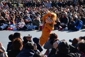 阿布猴也現身新年遊行,活潑地跟民眾互動