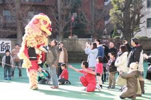 難得見到舞獅的演出,許多家長都拿起相機記錄