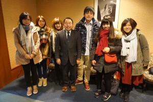 浅野和生氏(中央)と台湾人留学生