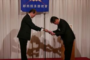 駐橫濱辦事處處長粘信士替僑務委員長頒贈感謝狀