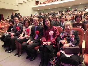 羅王明珠(右1)出席2014年2月7日春節訪問團東京公演和駐日代表沈斯淳伉儷(右2、3)等人在台下欣賞演出(本報資料照)