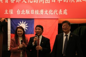 橫濱華僑總會會長羅鴻健(中)表示很開心可以請到春訪團到橫濱演出
