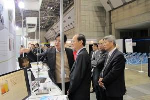 駐日代表沈斯淳透過台灣館的參展單位人員的解說,了解台灣奈米科技發展進況