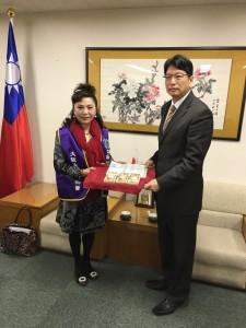 名譽會長謝美香代表大阪台灣同鄉會將募得善款交給張處長