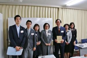 在日不動產協會會長錢妙玲(左4)和該協會理事贈送感謝狀給稅理士尾谷恒行(右3)