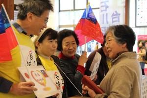 石川縣台灣華僑總會會長陳文筆(左1)率領會員和友台日人在金澤市內街頭募款,與日本民眾交流