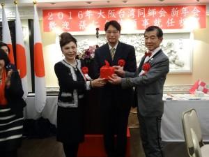 在駐大阪辦事處處長張仁久監交下,前會長謝美香將印信交接給新會長王坤保