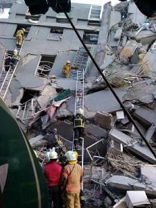 台南市永康區維冠金龍大廈倒塌,現場救援人員尋找生還者(照片提供:紅十字會)
