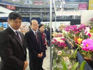 蘭展を観賞した台北駐日経済文化代表処の沈斯淳代表(中央)と代表婦人