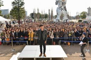 台湾人アーティストのSHOWが巨大ガンダム前で、ファン約600人と交流(C)PONY CANYON