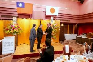 神奈川日華親善協會捐款援助震災,由駐處處長粘信士代表接受