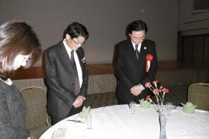 右:民進黨副秘書長吳釗燮與在日台灣同鄉會會長岡山文章為南台灣震災默禱