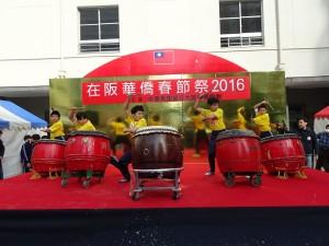 大阪中華學校舞獅隊以氣勢磅礡鼓聲為祭典開場