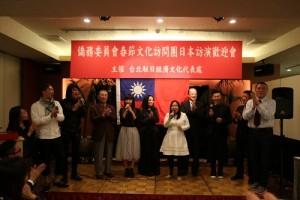 春訪團人員在台上合唱《朋友》與台下僑民同歡
