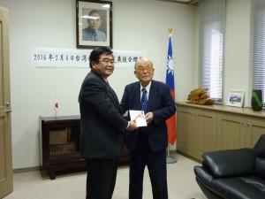 私財1千万円の贈呈(左・戎処長、右・大園会長)