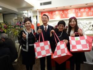 前會長謝美香(左一)除了機票、另提供最夯的吹風機等其他獎品