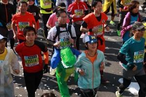 有台灣的跑者套上恐龍裝登場,相當顯眼