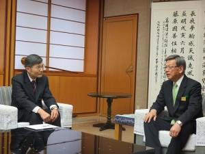 沖繩縣知事翁長雄志(右)就台灣南部發生的震災向駐那霸辦事處處長蘇啟誠(左)表達關懷慰問之意