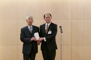 遠州日華親善協會會長飯尾和宣捐贈賑災款,由駐處處長粘信士代表接受