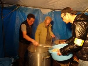 志工忙煮水餃