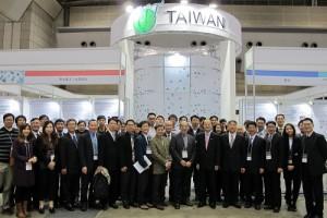 駐日代表沈斯淳(右6)於1月27日出席日本國際奈米科技展,參觀台灣館展示的奈米技術