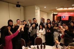 歡迎餐會上,春訪團人員逐桌致意,和大家和樂融融的交流