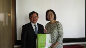 左:張會長致贈新垣委員紀念品感謝她的專題演講