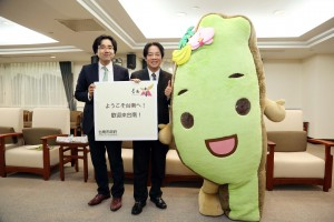 頼市長(中央)に義援金を手渡す日台若手交流会の加藤代表(左)とタイワンダー☆(右)
