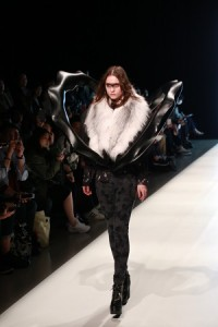 結合類皮草和硬雕塑的元素,來自此季服裝設計靈感來源的電影《極地詭變》
