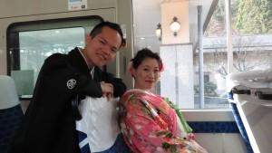 左起:楊宗諺、陳庭葳夫妻搭上前往纜車站巴士