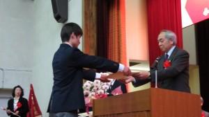 劉劍城校長頒發畢業證書給畢業生