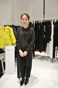 服裝品牌「Ceci」擅長寬鬆線條設計和不對稱的剪裁,設計師張朔瑜也親身示範新裝的穿搭